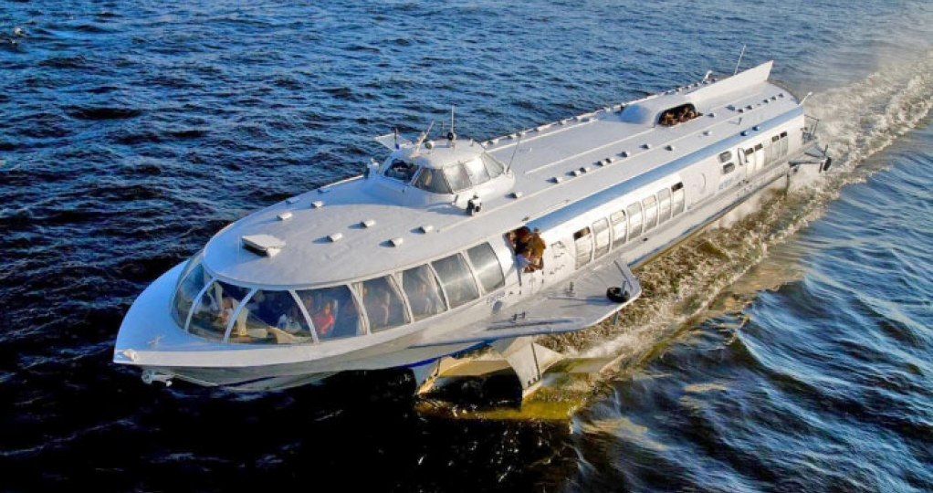 Speed boat (hydrofoil) to go to Peterhof by water